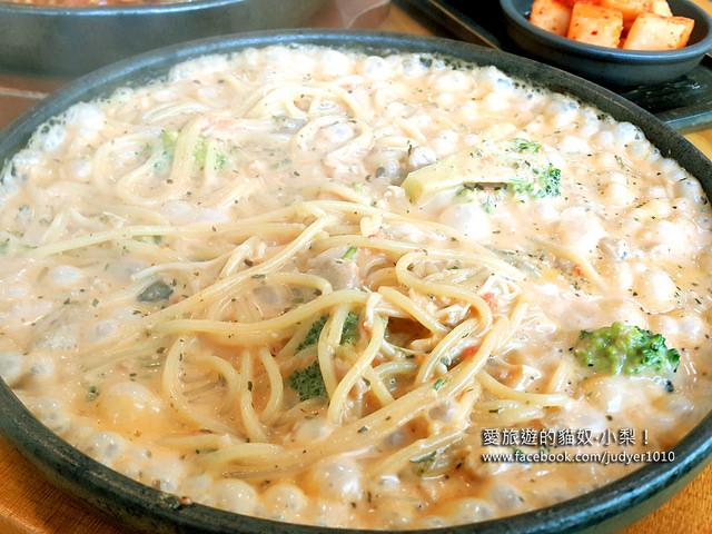 【韓國美食】Woo-Nyong PASTA뚝배기스파게티 \黑石站,燒滾滾的鐵盤義大利麵,超級入味好吃!(另有淑大入口店地圖)