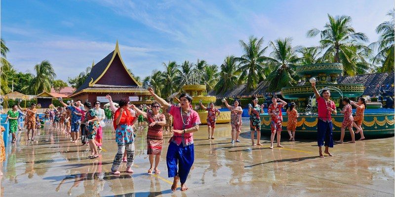 2017泰國芭達雅旅遊/自由行 | 泰國風情園。一次體驗泰國道地多種民俗文化(民俗表演及遊行、放水燈祈福許願、騎乘大象、親臨感受潑水節歡慶氣氛、還有免費泰式服裝更換哦)。
