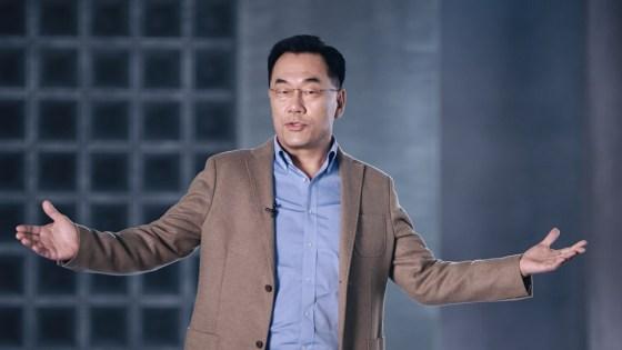 강인엽 삼성 전자 사장이 팔을 벌리고 엑시 노스 2100을 소개한다.