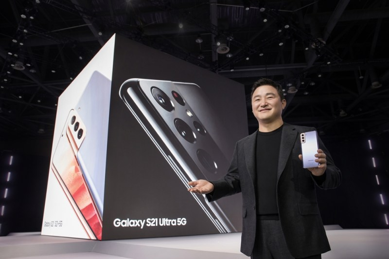 At the'Samsung Galaxy Unpack 2021', President Roh Tae-moon, head of Samsung Electronics' wireless business, introduces the'Galaxy S21' series.