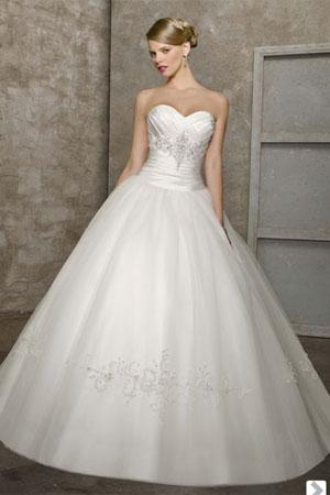50 cele mai frumoase rochii de mirese stil printesa din colectiile 2010/2011 - Rochie de mireasa stil printesa disponibila in Magazinele Avangarde - Slide 23 din 50