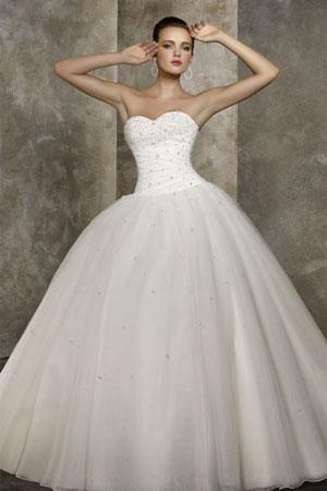 50 cele mai frumoase rochii de mirese stil printesa din colectiile 2010/2011 - Rochie de mireasa stil printesa disponibila in Magazinele Avangarde - Slide 39 din 50