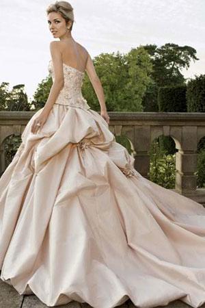 50 cele mai frumoase rochii de mirese stil printesa din colectiile 2010/2011 - Rochie de mireasa stil printesa disponibila in Magazinele Avangarde - Slide 4 din 50