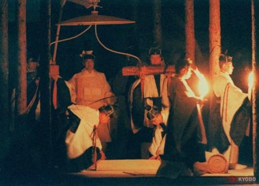 طقس دايجوساي عام 1990 بعد اعتلاء الإمبراطوري أكيهيتو العرش   عبر كيودو