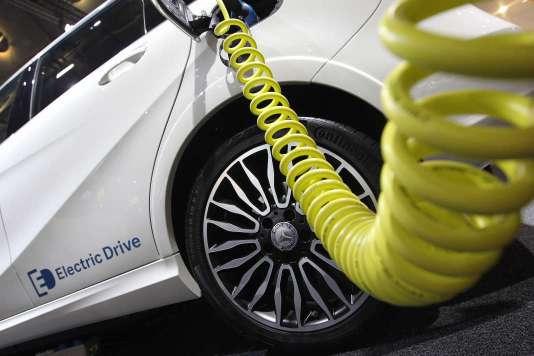 La fabrication des batteries est tellement émettrice de CO2 qu'il faut avoir parcouru de 50 000 à 100 000 km en voiture électrique pour commencer à être moins producteur de CO2 qu'une voiture thermique. Soit 15 à 30 km par jour, 365 jours par an, pendant 10 ans !