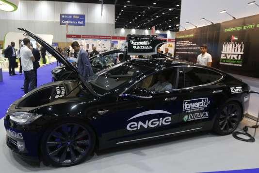 « Le véhicule électrique affiche, utilisation comprise, un bilan carbone meilleur que celui d'un véhicule thermique (9 tonnes équivalent CO2 contre 22 tonnes) »(Photo: voiture électrique à Dubaï, en septembre).