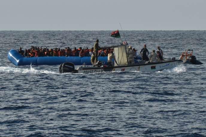 Des garde-côtes libyens patrouillent lors d'une opération de sauvetage de migrants en Méditerranée, en 2016.