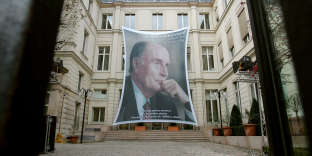 Un portrait de l'ancien président de la République François Mitterrand accroché à la façade du siège du PS, en janvier 2006, rue de Solférino à Paris.