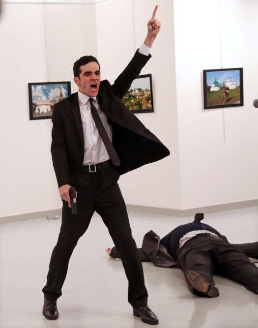 Burhan Ozbilic , photojournaliste turc, a remporté le titre de photo de l'année avec son image de l'assassinat de l'ambassadeur russe à Ankara en décembre.