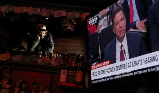 La séance, retransmise sur toutes les grandes chaînes de télévision américaines, s'est ouverte dans une salle comble.