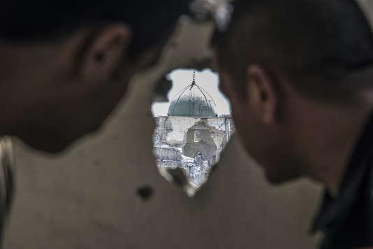 Dans le quartier de Mouchahada, à Mossoul, le 26 juin. Les forces spéciales irakiennes en observation du secteur de la mosquée Al-Nouri qu'ils s'apprêtent à attaquer.
