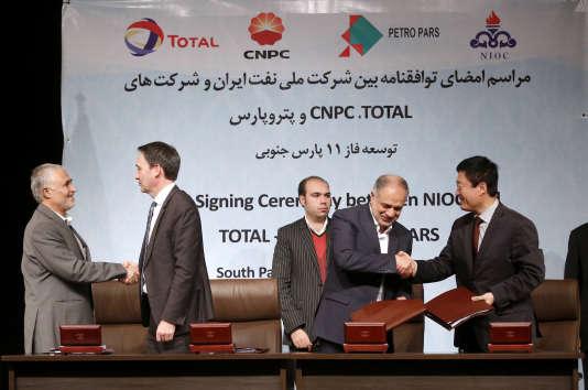 Signature d'un premier accord sur le développement du champ gazier en mer de South Pars, à Téhéran, le 8novembre 2016.