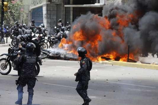 Des membres des forces de l'ordre ont été blessés dimanche par un engin explosif lors d'un affrontement avec des manifestants de l'opposition à Caracas.
