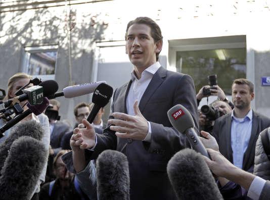 Sebastian Kurz à la sortie de son bureau de vote dimanche.