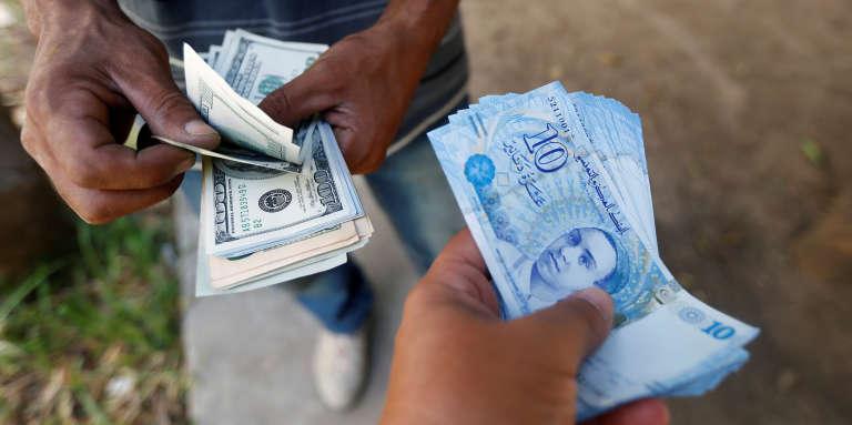 Echange de dollars contre des dinars au marché noir, à Tunis, en août 2017.