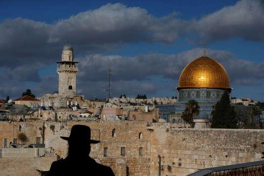 La vieille ville de Jérusalem rassemble des lieux de pèlerinage des trois grandes religions monothéistes : judaïsme, christianisme et islam.