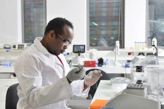 Dans le laboratoire DNA Script, start-up française abritée par l'hôpital Cochin, à Paris, le 6 décembre.