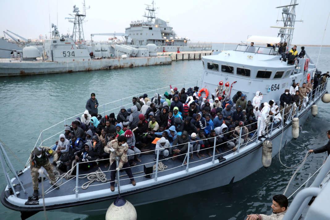 Des migrants arrivant par bateau après avoir été securus par les gardes côtes libyens, le 9 janvier.
