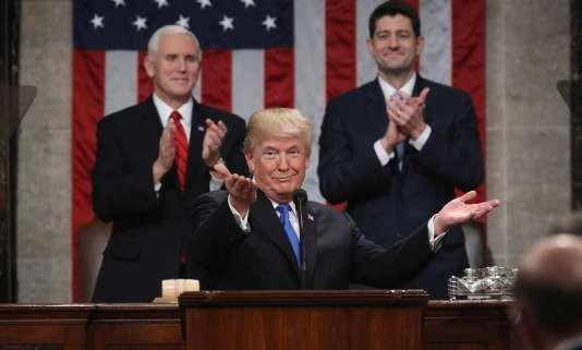 Le président Donald J. Trump au premier plan. Le vice-président Mike Pence (à gauche) et le président de la Chambre des représentantsPaul Ryan (à droite), lors du discours sur l'état de l'Union, le 30 janvier.