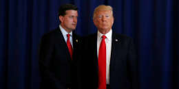 Donald Trump et l'ancien secrétaire personnel de la Maison Blanche, Rob Porter, le 12 août 2017.