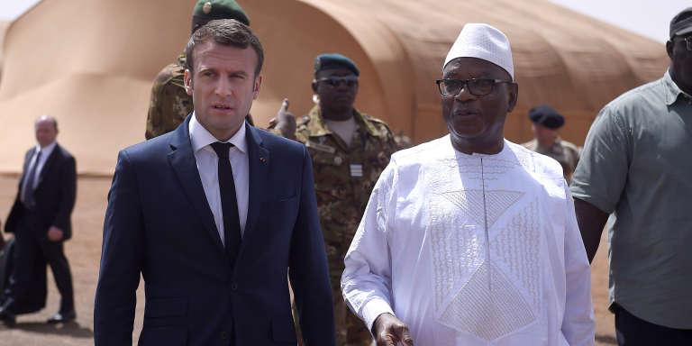 Le président français, Emmanuel Macron, et son homologue malien, Ibrahim Boubacar Keïta, dans le nord du Mali en mai 2017.