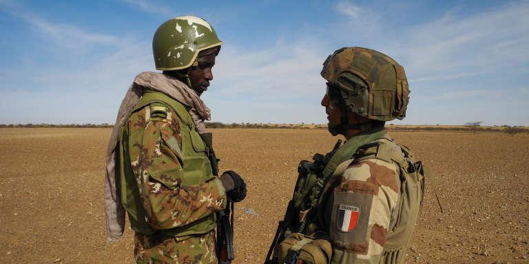 Un lieutenant de l'armée malienne et un capitaine français, en novembre 2017, dans le centre du Mali.