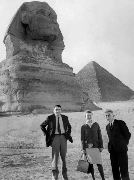 Claude Lanzmann (à gauche), Simone de Beauvoir et Jean-Paul Sartre visitent les pyramides de Gizeh, en Egypte, le 4mars 1967.