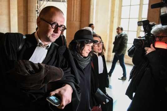 Yildune Lévy entourée de ses avocats, Jean-Christophe Tymoczko et Marie Dosé, le 13 mars au Palais de justice de Paris.