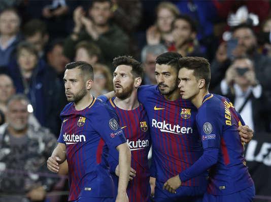 Luis Suarez, deuxième à droit, célèbre aux côtés de ses coéquipiers dont Lionel Messi (troisième à droite) son premier but de la saison en Ligue des champions, face à la Roma au Camp Nou, le 4 avril.