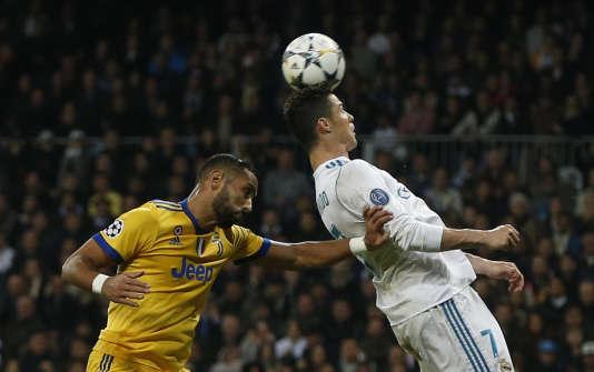Duel entre Cristiano Ronaldo (Real Madrid) et Medhi Benatia (Juventus) pendant le match retour qui s'est déroulé à Madrid, le 11 avril.