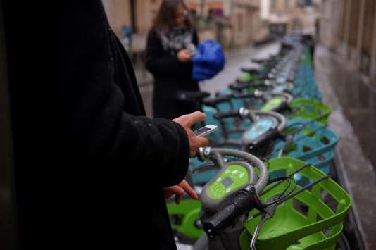 Un client Vélib' déverrouille un vélo à Paris, le 1erjanvier 2018.