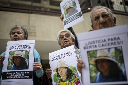 Les manifestants dénoncent le meurtre de l'activiste environnementale hondurienne Berta Caceres, devant l'ambassade du Honduras à Santiago, au Chili, le 7 mars 2016.