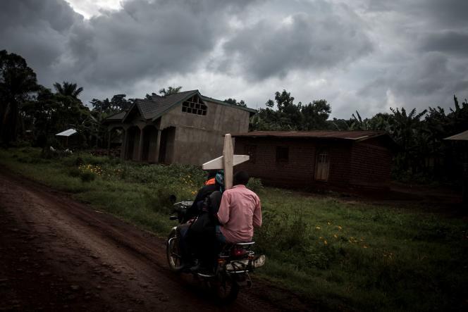 Sur la route reliant Mangina à Béni, en Ituri, le 23 août 2018, pendant une épidémie d'Ebola.