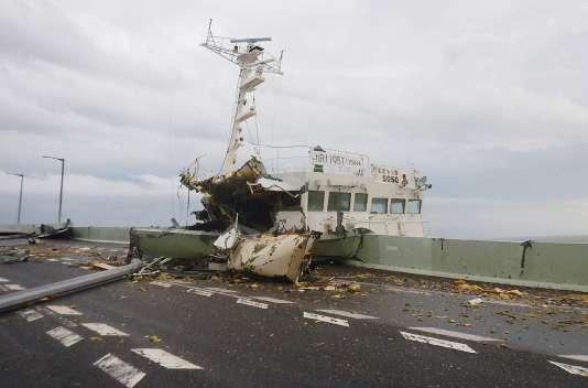 Un cargo projeté sur la côte par le typhon Jebi, près de l'aéroport de Kansai (Japon), le 4 septembre.