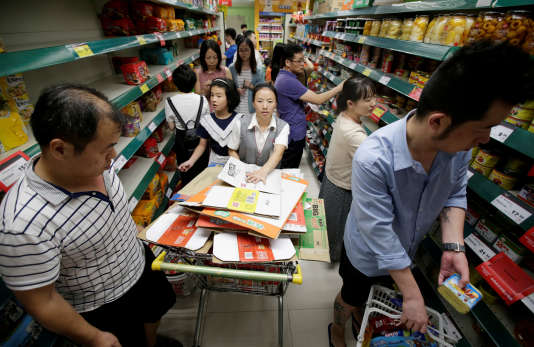 Les habitants de Shenzhen, en Chine, s'approvisionnent en eau et en soupe instantanée à l'approche du typhon Mangkhut, le 15 septembre.