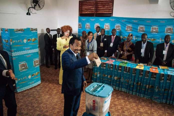 Der kamerunische Präsident Paul Biya stimmt bei den Präsidentschaftswahlen am 7. Oktober 2018 in Jaunde ab.