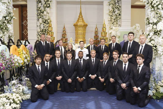 Leicester club players and coaches with the son of the late president, Aiyawatt Srivaddhanaprabha, in the center on November 4th.