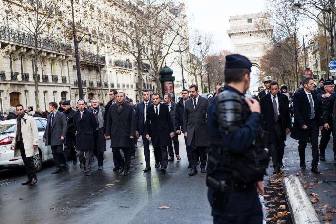 Emmanuel Macron a été constater les dégâts place de l'Etoile, à Paris, dimanche 2 décembre.