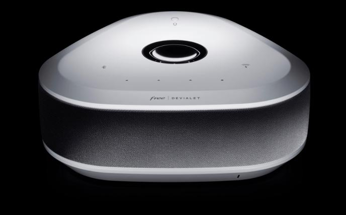 La Freebox Delta a été dessinée par Jasper Morrison, un designer anglais au style minimaliste.