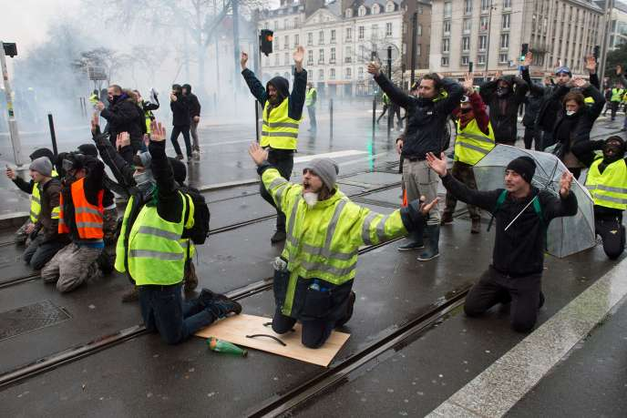 The demonstrators kneel in front of the police in Nantes on December 8th.