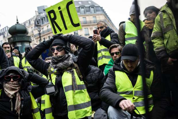 """Demostración de """"chalecos amarillos"""", cerca de la Place de l'Opera, París, 15 de diciembre."""