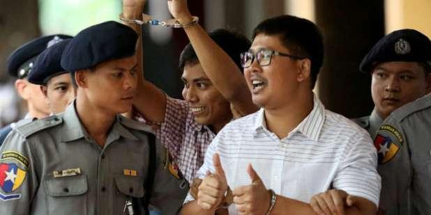 Les journalistes birmans Wa Lone et Kyaw Soe Oo, le 27 août 2018, devant la Cour de justice de Rangoun.