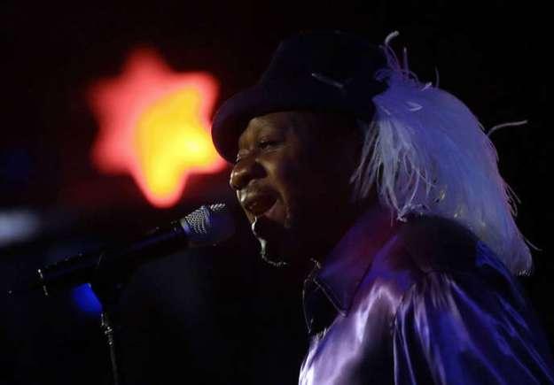 La star de la rumba congolaise Papa Wemba en concert àNairobi en décembre 2006.