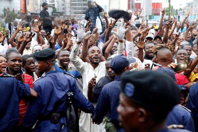 Des partisans de Félix Tshisekedi fêtent l'annonce de sa victoire à la présidentielle, à Kinshasa, le 10janvier 2019.