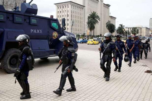 Des policiers congolais devant le siège de la commission électorale à Kinshasa, le 10janvier 2019.