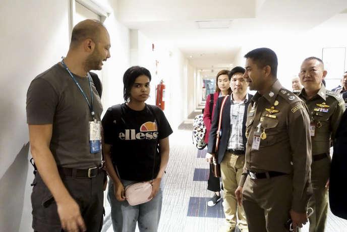 Rahaf Mohammed Al-Qunun, a member of the immigration agency, who is a représentant du Haut-Commissariat des Nations unions pour les réfugiés (HCR), 7 janvier 2019, à l'aéroport international de Bangkok.