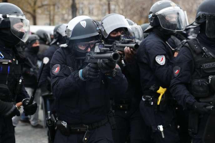 Des membres de la police nationale armés d'un LBD40, le 12 janvier, à Paris.