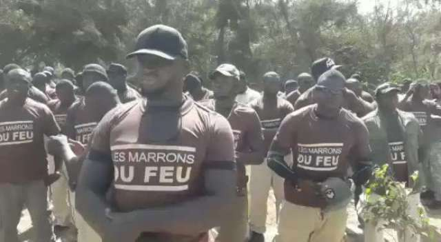 Capture d'écran d'une vidéo de 2011 montrant les Marrons du feu, le service d'ordre du président sénégalais, Macky Sall.