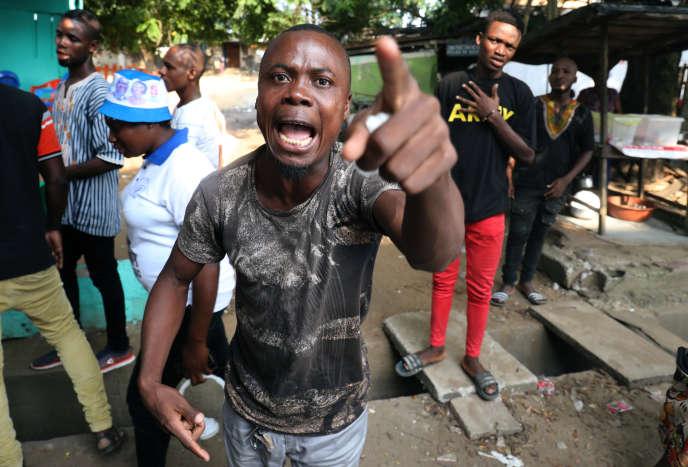 Des partisans de l'ancien président ivoirien Laurent Gbagbo réagissent à l'annonce de sa mise en liberté conditionnelle, le 1er février à Abidjan.