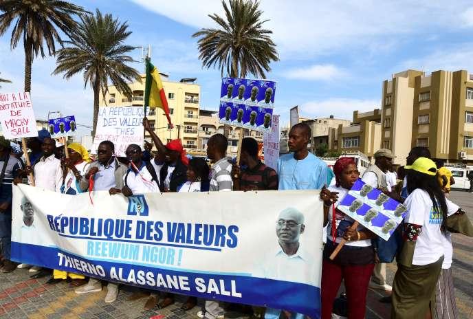 Demonstration von Anhängern des Kandidaten Alassane Sall in Dakar, dass der senegalesische Verfassungsrat nicht an den Präsidentschaftswahlen vom 24. Februar teilnahm.